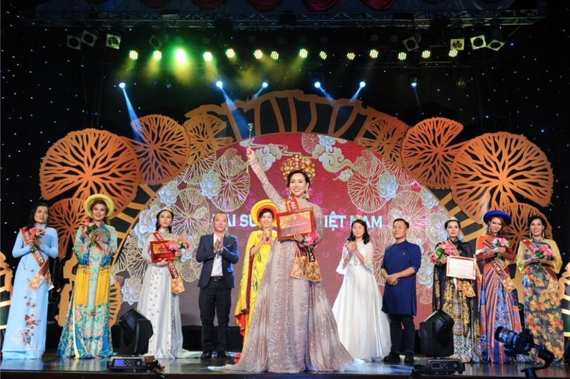 Trương An Xinh đăng quang Đại sứ Áo dài Việt Nam bảng Quý bà ảnh 4