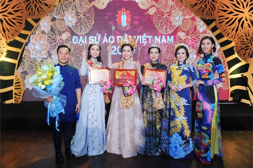 Trương An Xinh đăng quang Đại sứ Áo dài Việt Nam bảng Quý bà ảnh 5