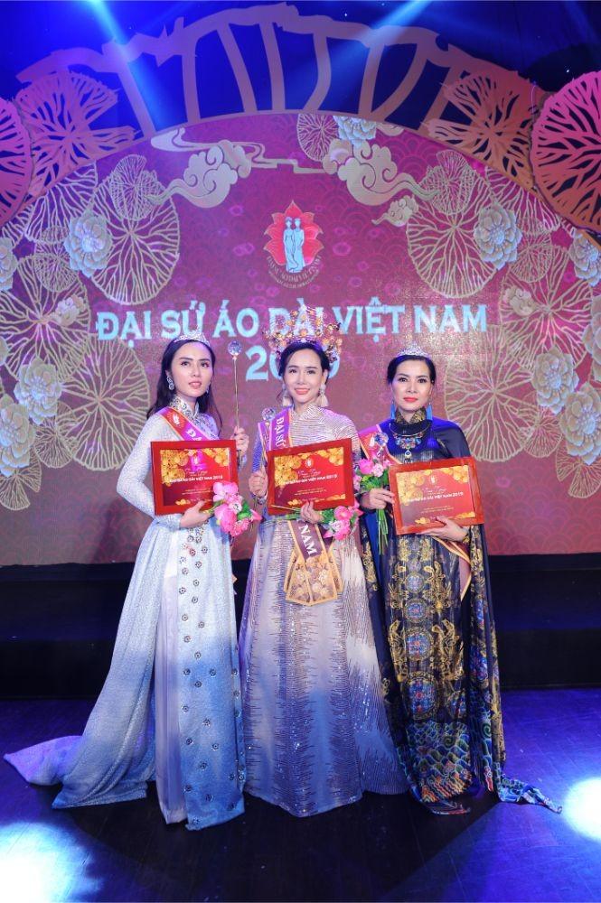 Trương An Xinh đăng quang Đại sứ Áo dài Việt Nam bảng Quý bà ảnh 1