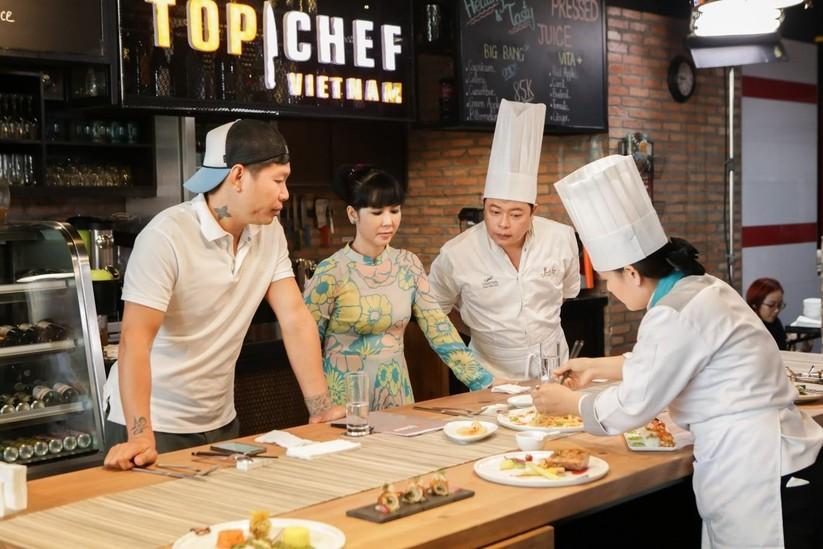 """Đầu bếp của những ngôi sao Hollywood cầm cân nảy mực """"cuộc chiến"""" tìm quán quân Top Chef Việt ảnh 2"""