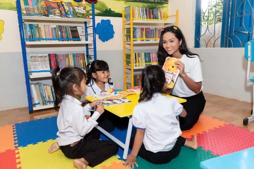 Hoa hậu H'Hen Niê trở về khai giảng trường xưa ảnh 6