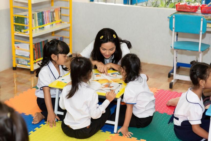 Hoa hậu H'Hen Niê trở về khai giảng trường xưa ảnh 9