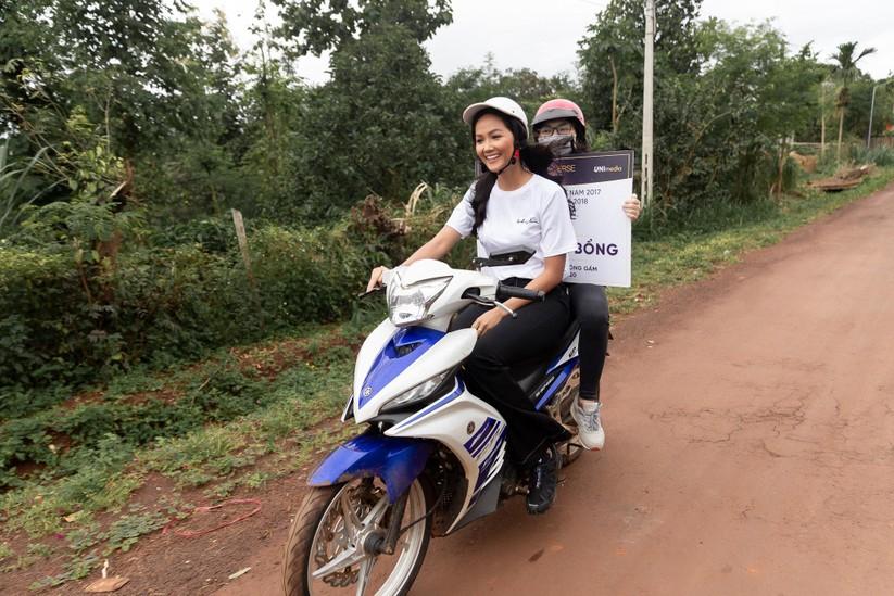 Hoa hậu H'Hen Niê trở về khai giảng trường xưa ảnh 1