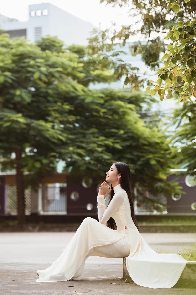 Á hậu Hoàng Thùy cũng khiến fan lên cơn sốt với những bức ảnh áo trắng sân trường