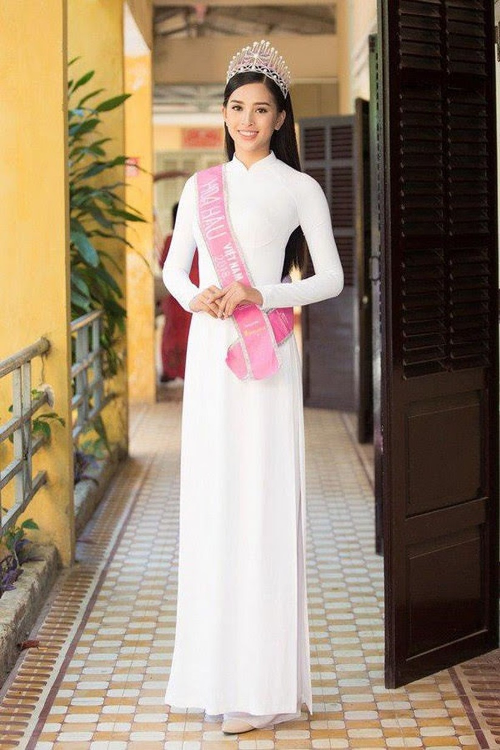Hoa hậu, Á hậu lộng lẫy duyên dáng áo trắng sân trường ảnh 1