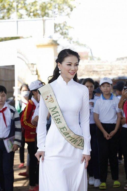 Hoa hậu, Á hậu lộng lẫy duyên dáng áo trắng sân trường ảnh 3