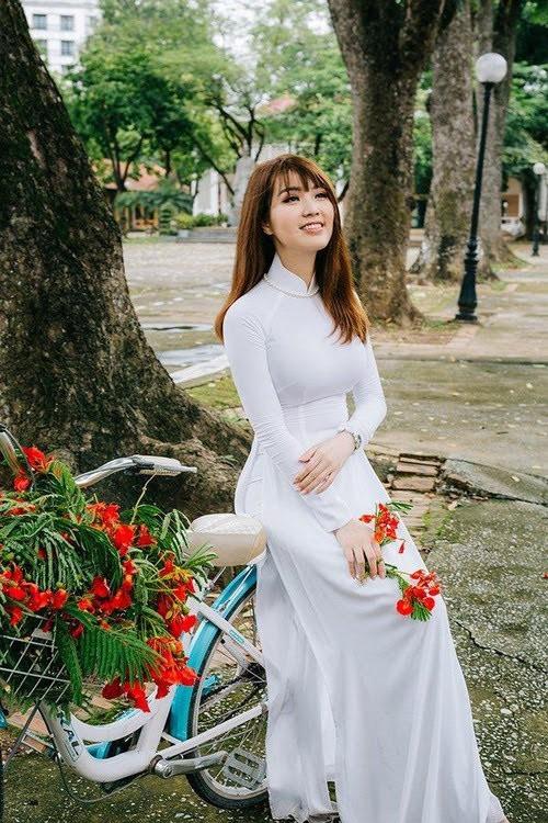 Hoa hậu, Á hậu lộng lẫy duyên dáng áo trắng sân trường ảnh 8