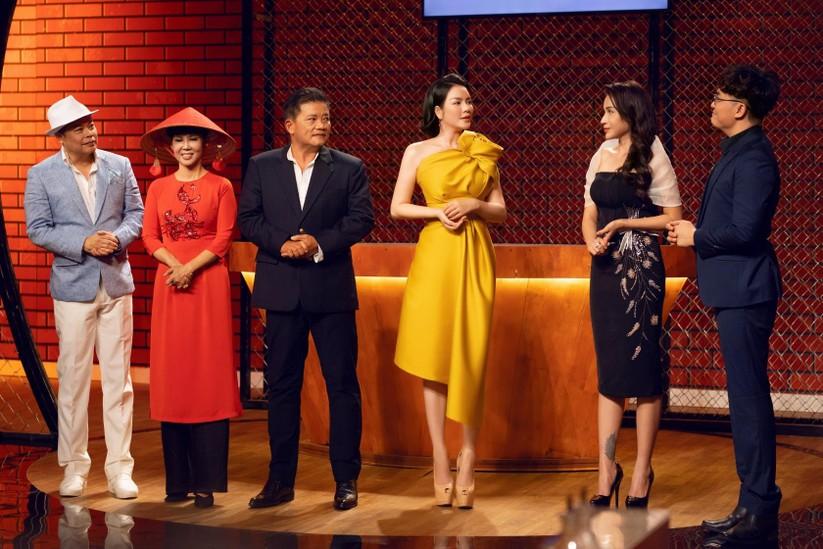 Các giám khảo Jack Lee, Trịnh Diễm Vy, Dương Huy Khải và Lý Nhã Kỳ cùng hai MC của chương trình