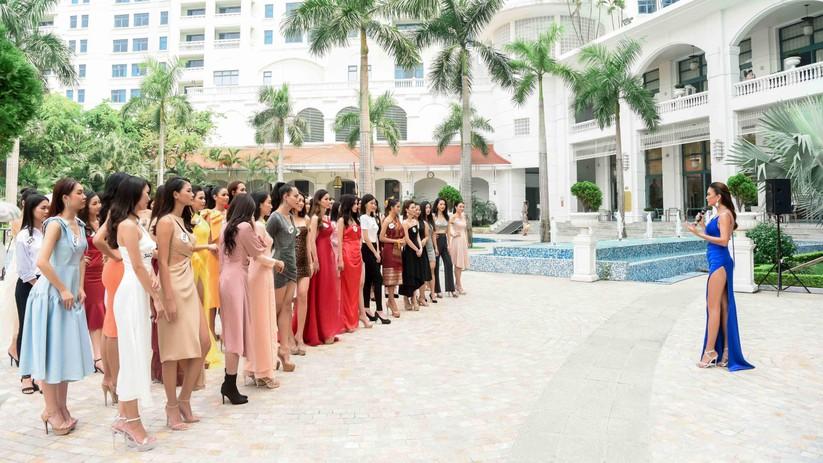 Thí sinh Hoa hậu Hoàn vũ đẹp lộng lẫy đua sắc với BGK ảnh 2