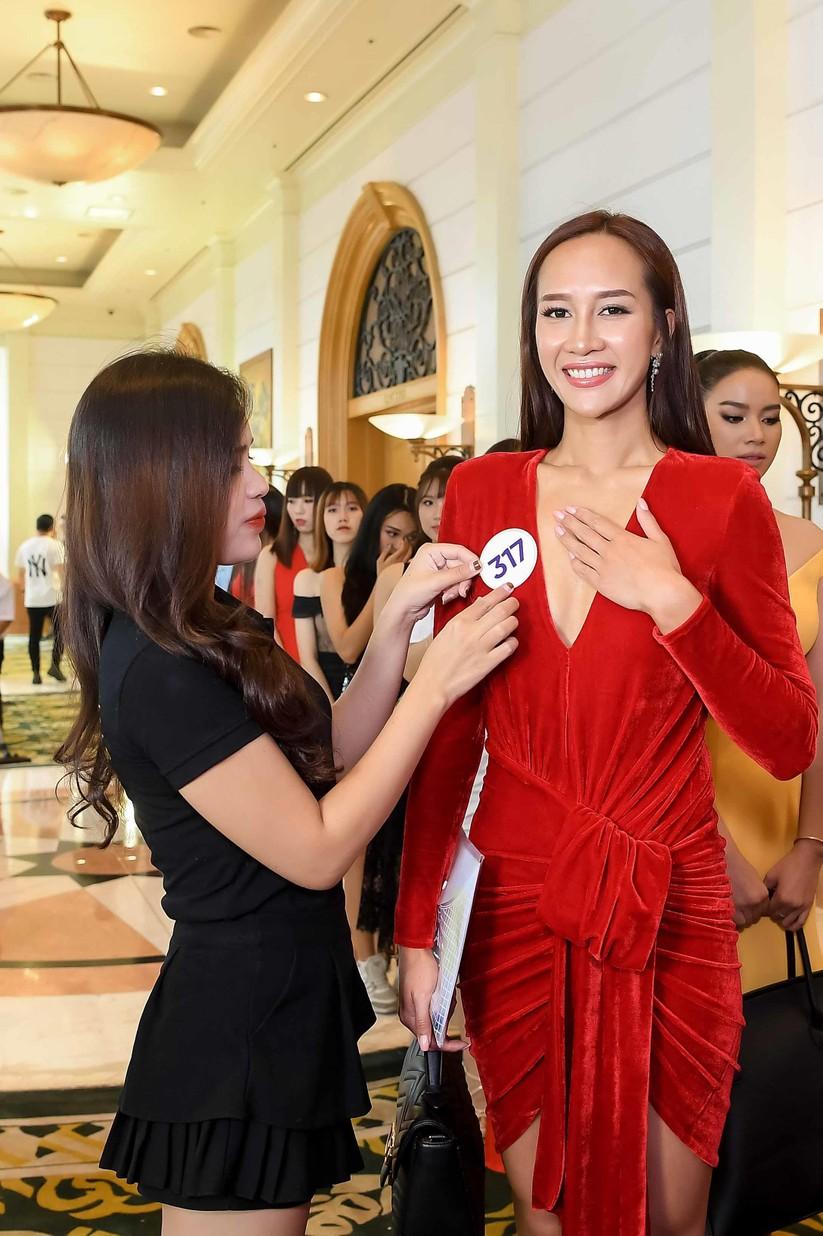 Thí sinh Hoa hậu Hoàn vũ đẹp lộng lẫy đua sắc với BGK ảnh 11