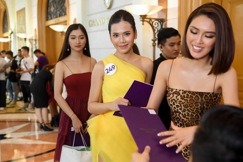 Thí sinh Hoa hậu Hoàn vũ đẹp lộng lẫy đua sắc với BGK ảnh 14