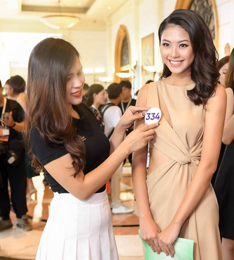 Thí sinh Hoa hậu Hoàn vũ đẹp lộng lẫy đua sắc với BGK ảnh 15