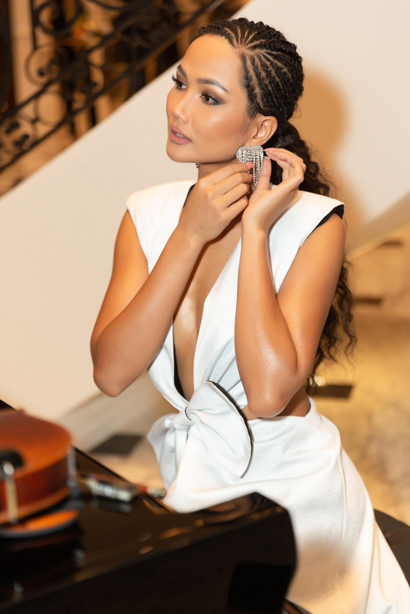 Hoa hậu H'Hen Niê hóa gái tây hoang dã ảnh 12