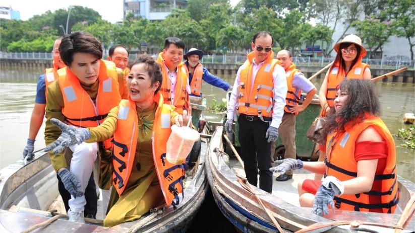 Đại sứ Vũ Mạnh Cường cùng Đại sứ Thúy Nga tự tay vớt rác trên kênh Thị Nghè