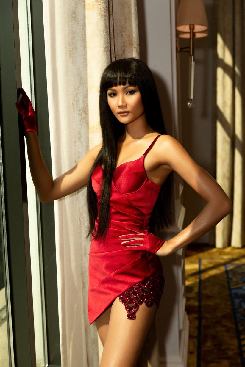 Hoa hậu H'Hen Niê khác lạ với tóc rất dài đua sắc cùng thí sinh Hoa hậu Hoàn vũ ảnh 1
