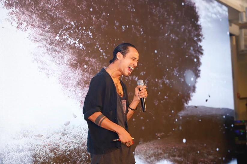 Ca sĩ Phạm Anh Khoa hát ủng hộ chương trình gây quỹ