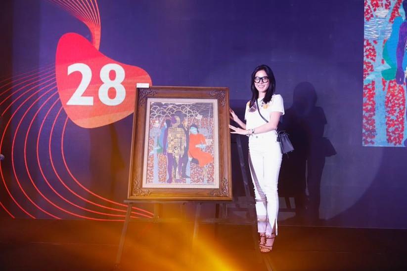 MC Phan Anh và người mua tác phẩm của họa sĩ Đinh Thị Thắm Poong