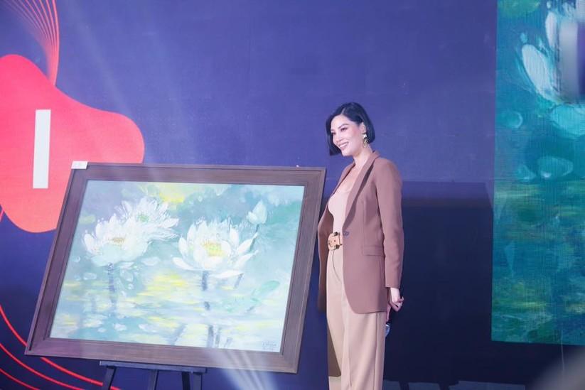 Cựu người mẫu Vũ Cẩm Nhung bên tác phẩm