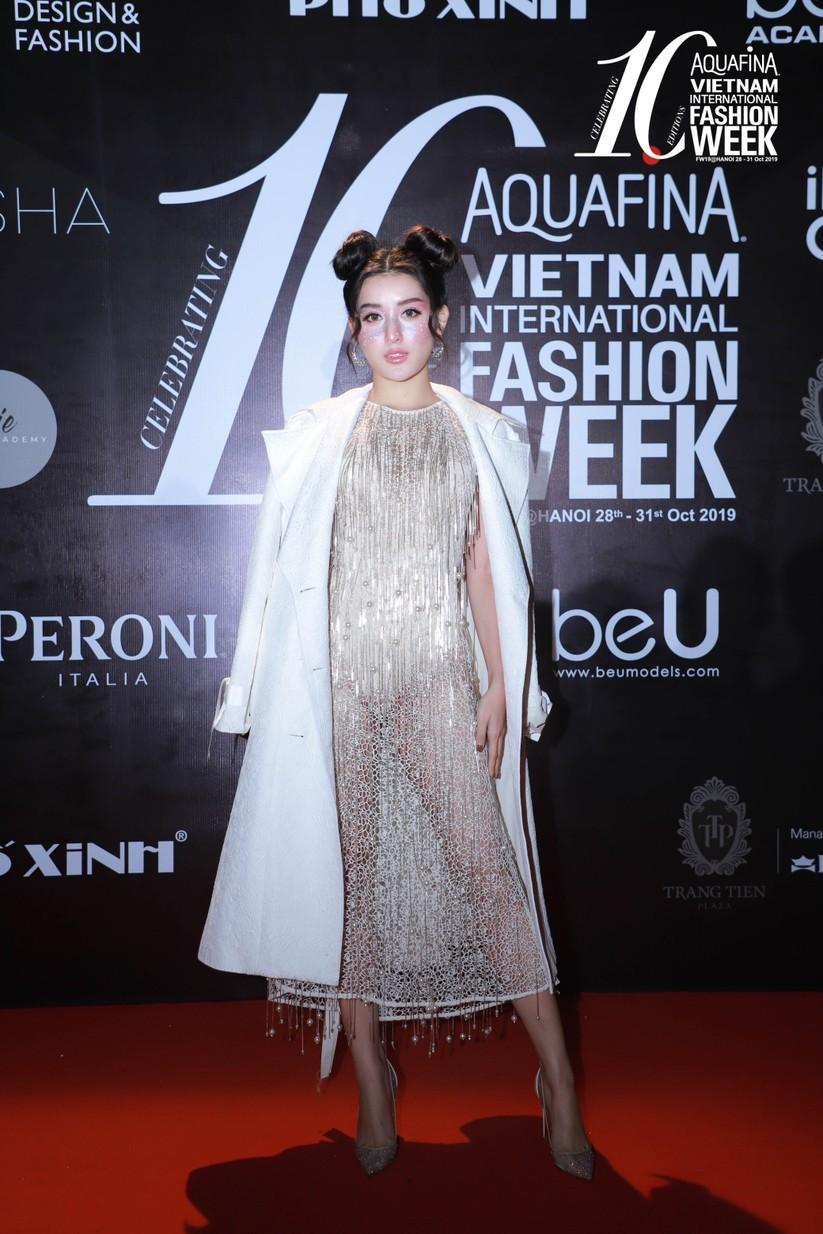 Á hậu Huyền My gây chú ý trong đêm bế mạc tuần lễ thời trang Thu Đông ảnh 8