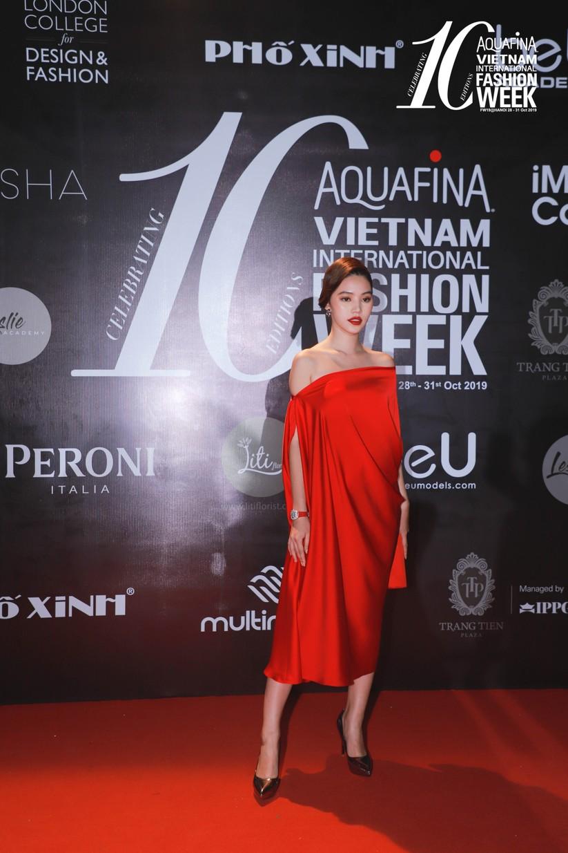 Á hậu Huyền My gây chú ý trong đêm bế mạc tuần lễ thời trang Thu Đông ảnh 11