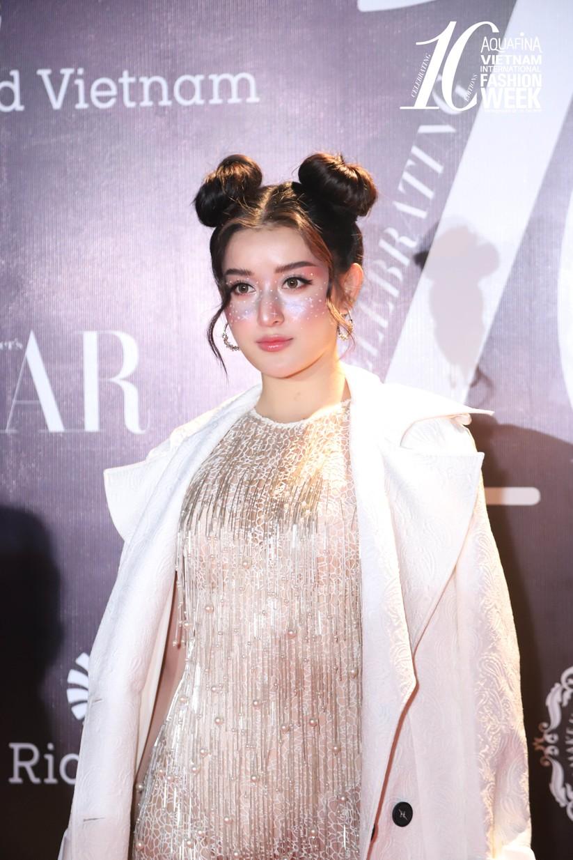 """Á hậu Huyền My gây chú ý với mái tóc búi """"Na Tra"""", phối hợp cùng style trang điểm kim tuyến lấp lánh"""