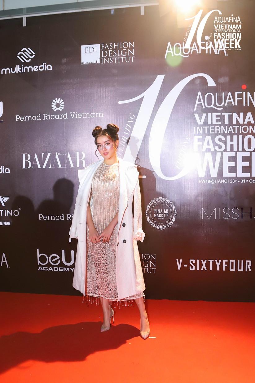 Á hậu Huyền My gây chú ý trong đêm bế mạc tuần lễ thời trang Thu Đông ảnh 13
