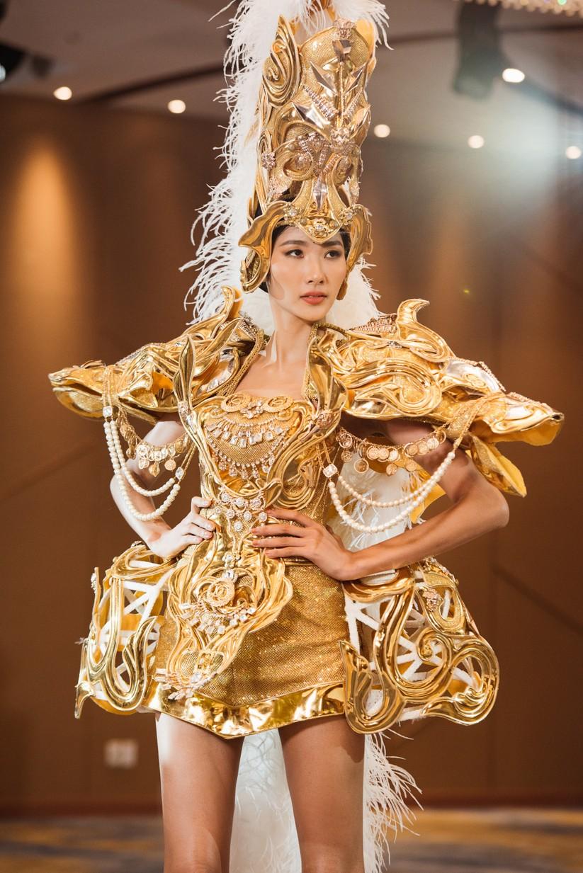Á hậu Hoàng Thùy khó thể hiện thần thái của Beauty Queen? ảnh 22