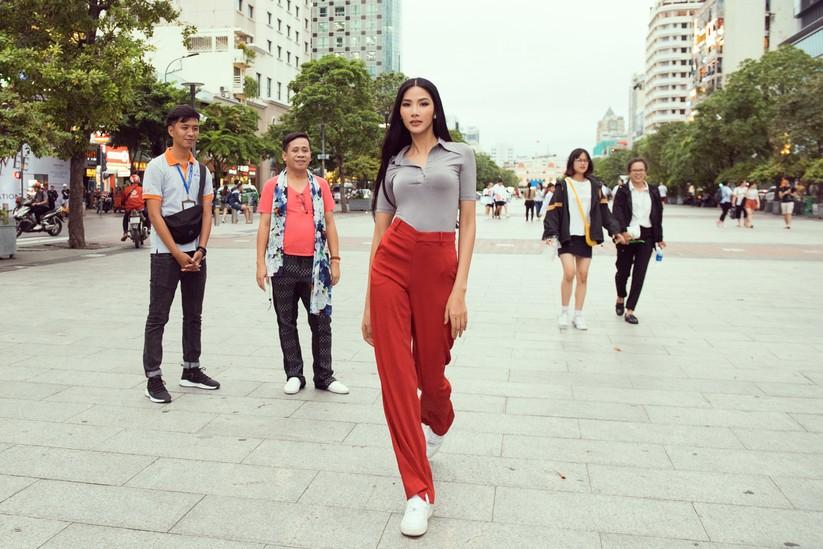 Hoàng Thùy trổ tài nói tiếng Anh dẫn thầy catwalk đi khắp Sài Gòn ảnh 18