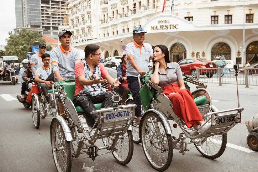 Hoàng Thùy trổ tài nói tiếng Anh dẫn thầy catwalk đi khắp Sài Gòn ảnh 16