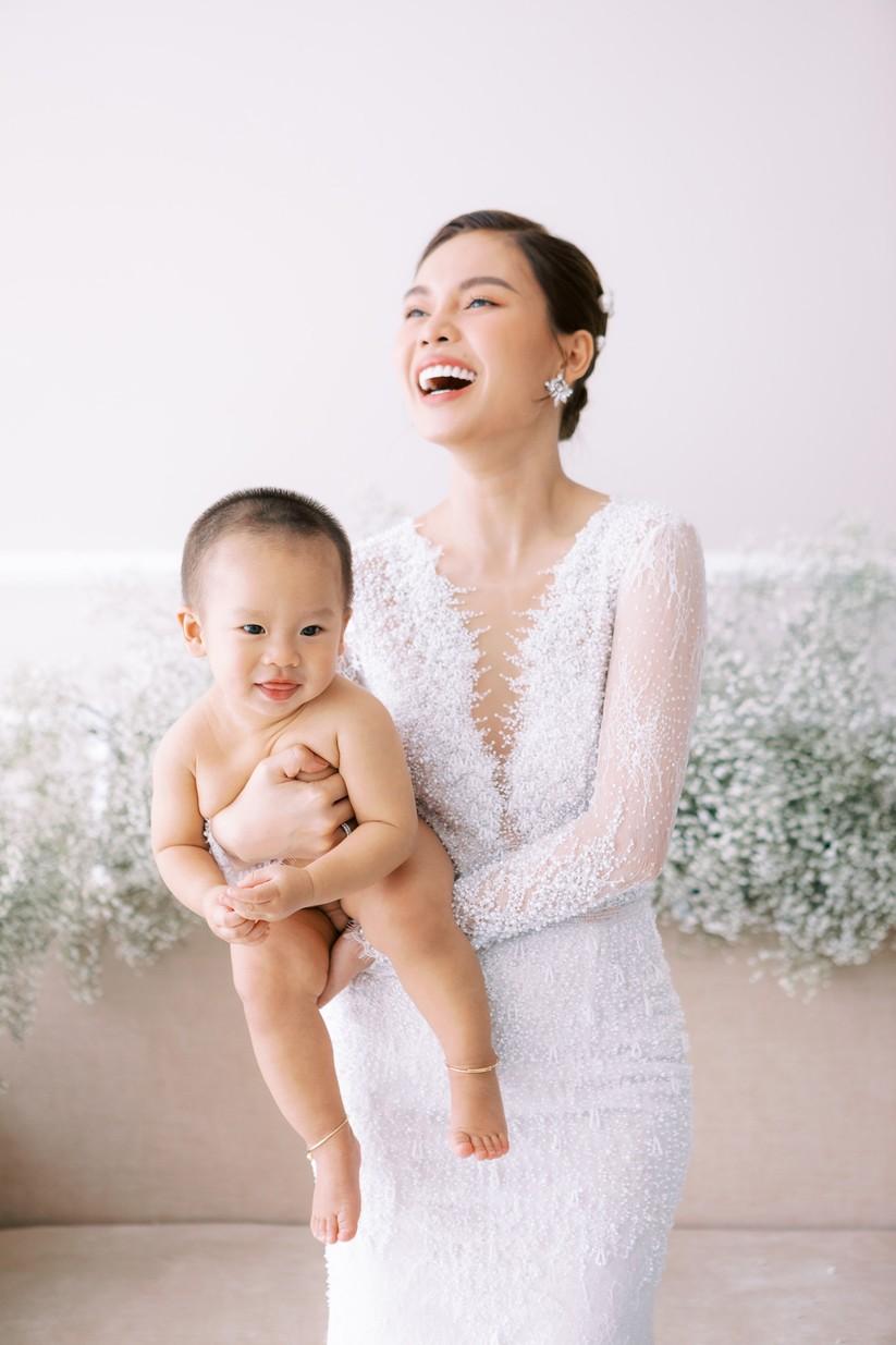 Giang Hồng Ngọc khoe hình cưới cùng chồng và con trai ảnh 3