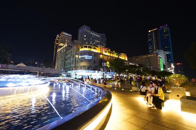 Ngày cuối tuần rất đông người dân tới thưởng thức Đài phun nước nghệ thuật