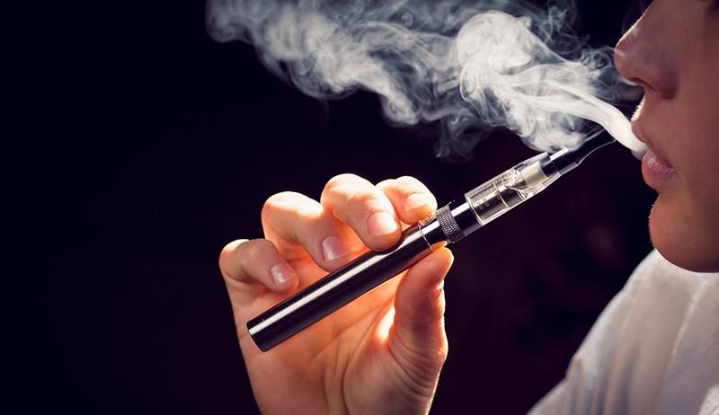 Hút thuốc lá, kể cả thuốc lá điện tử, cũng làm giảm khả năng sinh sản ở nam giới