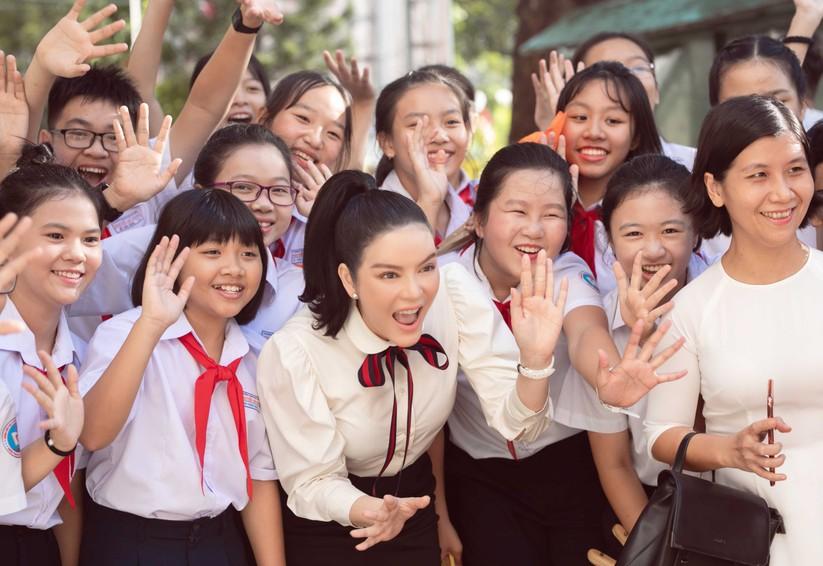 Kiều nữ Lý Nhã Kỳ tài trợ 500 triệu học bổng dịp quay về trường cũ ảnh 4