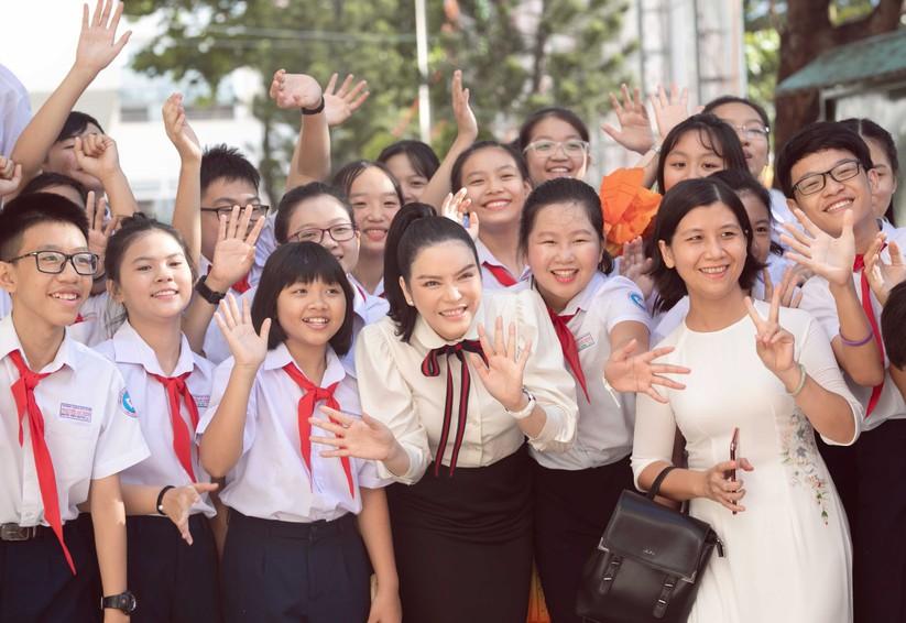 Kiều nữ Lý Nhã Kỳ tài trợ 500 triệu học bổng dịp quay về trường cũ ảnh 5