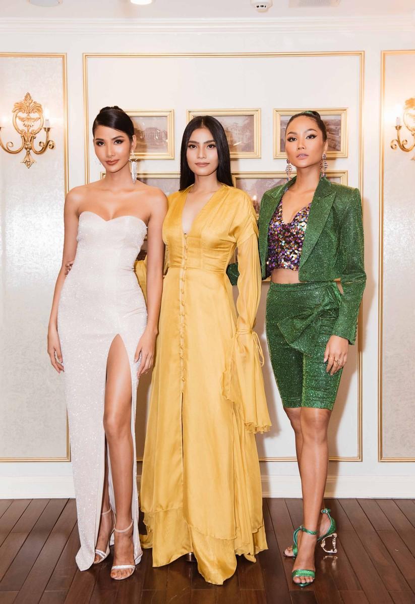 Ba người đẹp hội ngộ, H
