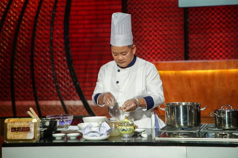 Chef Dương Huy Khải thực hiện súp yến hoa sen