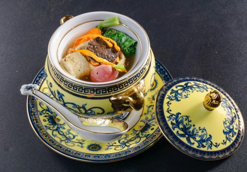 Chef Hoàng Sin và món Canh chả Yến lá chùm ngây