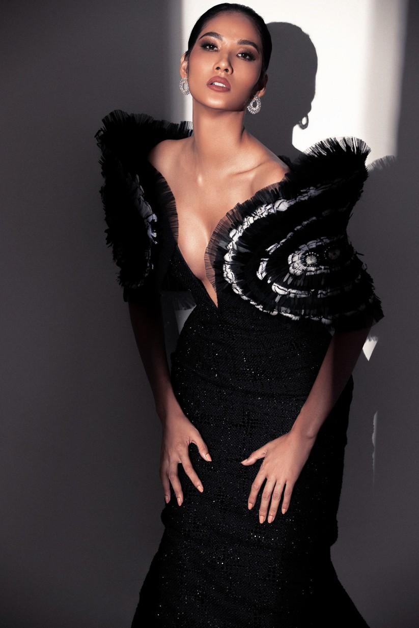 Hoàng Thùy khoe thần thái cực chất trong bộ ảnh chào sân Hoa hậu Hoàn vũ Thế giới 2019 ảnh 6
