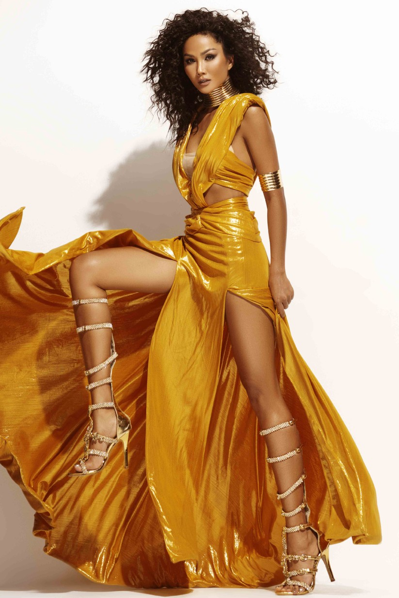 Hoa hậu H'Hen Niê đẹp rực rỡ trong sắc vàng quyền lực ảnh 2