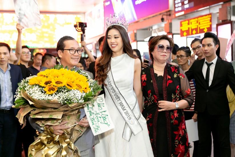 Hoa hậu Khánh Vân và hai Á hậu đẹp rạng rỡ ngày trở về ảnh 9