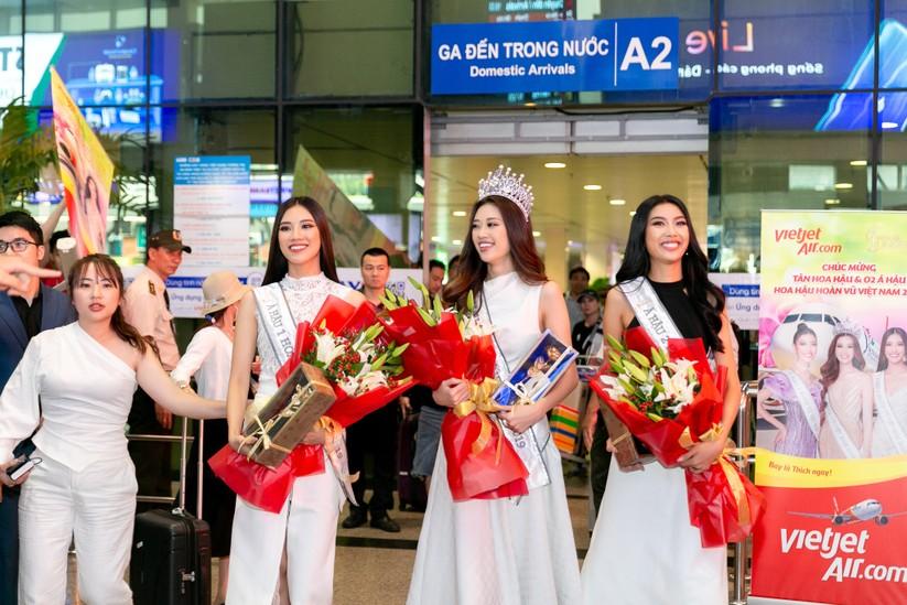 Hoa hậu Khánh Vân và hai Á hậu đẹp rạng rỡ ngày trở về ảnh 2