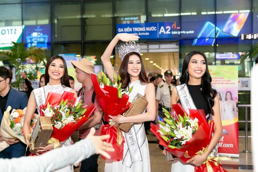 Hoa hậu Khánh Vân và hai Á hậu đẹp rạng rỡ ngày trở về ảnh 4