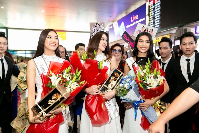Hoa hậu Khánh Vân và hai Á hậu đẹp rạng rỡ ngày trở về ảnh 5