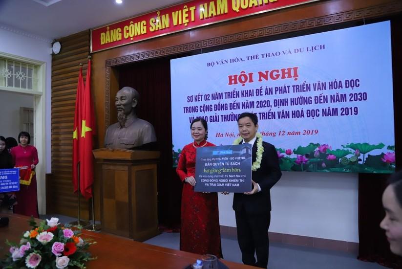 """Bà Vũ Dương Thúy Ngà - Vụ trưởng Vụ Thư Viện đại diện nhận bản quyền tủ sách """"Hạt giống tâm hồn"""""""