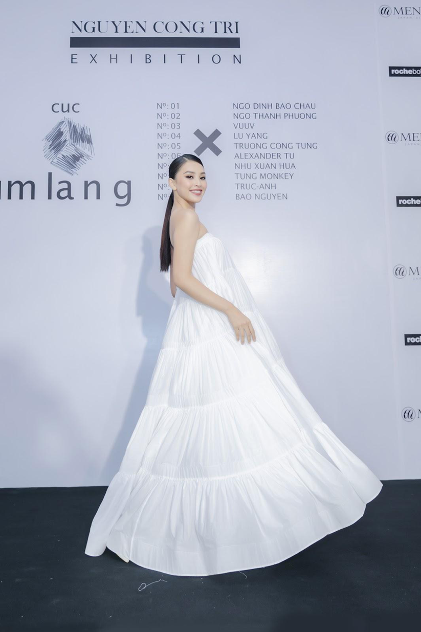 Hoa hậu Tiểu Vy dịu dàng trong đầm trắng
