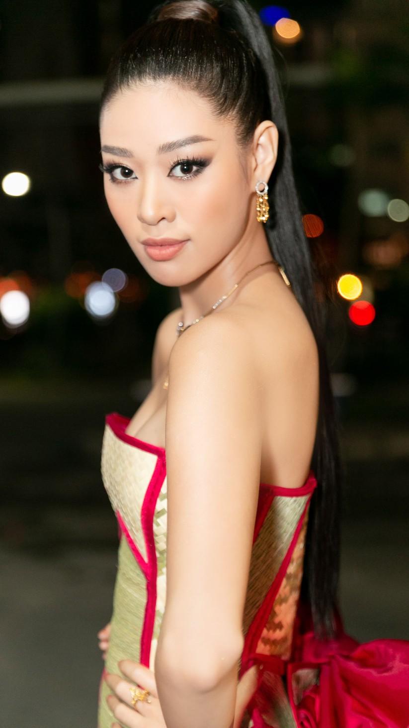 Hoa hậu Khánh Vân mặc trang phục với thông điệp bảo vệ làng nghề làm chiếu ảnh 2