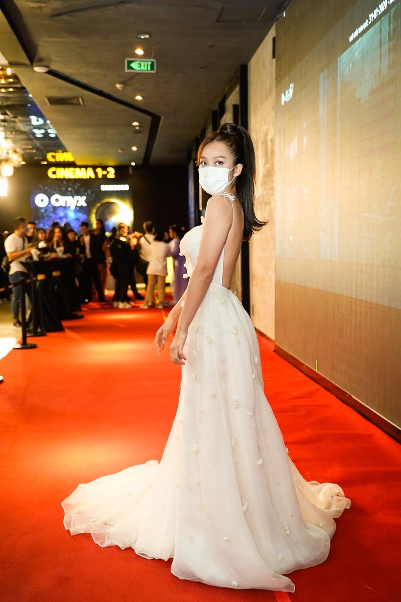 Diễn viên Khả Ngân lộng lẫy trong bộ váy trắng hở lưng táo bạo