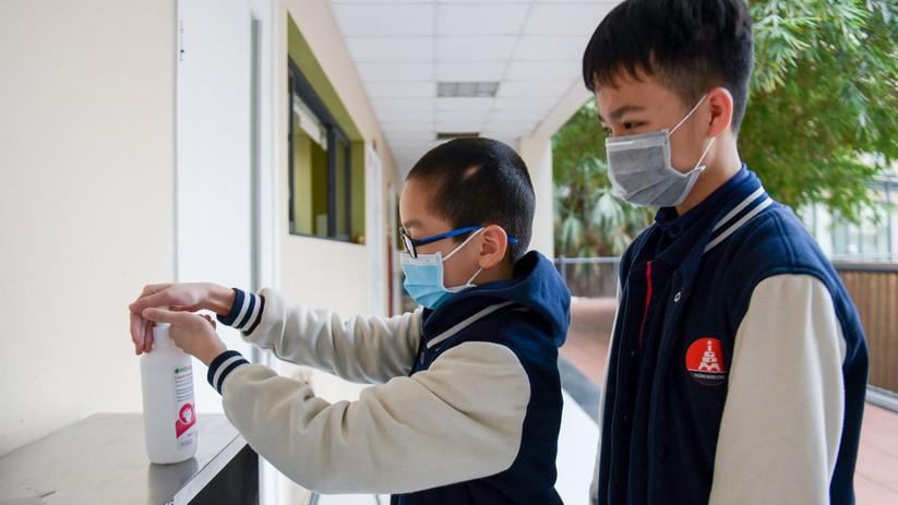 Học sinh thực hiện rửa tay sát khuẩn ở trường học Hà Nội (Nguồn ảnh: Zing News)