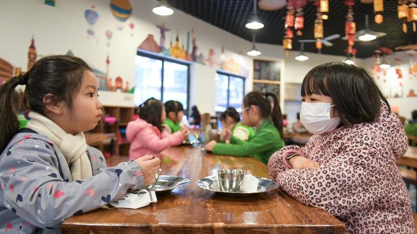 Học sinh tiểu học ở Hà Nội phải mang khẩu trang cả trong giờ ăn trưa ở trường (Nguồn ảnh: Zing News)