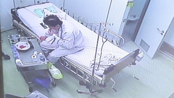 Việt kiều Mỹ Tạ Kiến H trong phòng cách ly tại BV Nhiệt đới - Ảnh chụp từ camera theo dõi